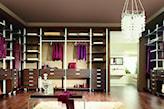 garderoba glamour, ciemne drewno, kryształowy żyrandol, drewniana podłoga