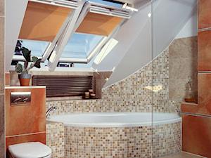 Adaptacja strychu w 100-letniej kamienicy - Mała beżowa łazienka na poddaszu w domu jednorodzinnym z oknem - zdjęcie od SANHAUS Jarosław Ziółek