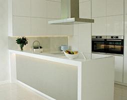 Minimalistyczna kuchnia w Serocku - Średnia otwarta biała kuchnia w kształcie litery u w aneksie, s ... - zdjęcie od LAVIANO Kuchnie i Wnętrza - Homebook