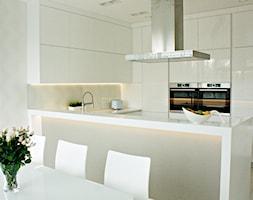 Minimalistyczna kuchnia w Serocku - Średnia otwarta biała kuchnia w kształcie litery u w aneksie z o ... - zdjęcie od LAVIANO Kuchnie i Wnętrza - Homebook