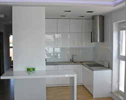 Nowoczesna kuchnia połączona z Salonem - Średnia otwarta biała kuchnia w kształcie litery g w aneksie, styl minimalistyczny - zdjęcie od LAVIANO Kuchnie i Wnętrza