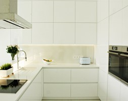 Minimalistyczna kuchnia w Serocku - Mała zamknięta beżowa kuchnia w kształcie litery u z oknem, sty ... - zdjęcie od LAVIANO Kuchnie i Wnętrza - Homebook