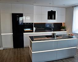 Nowoczesna Wyspa - Średnia otwarta szara kuchnia jednorzędowa z wyspą z oknem, styl nowoczesny - zdjęcie od LAVIANO Kuchnie i Wnętrza - Homebook