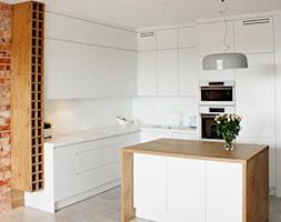 Połączenie drewna z białymi lakierowanymi frontami Legionowo - Mała otwarta biała kuchnia w kształci ... - zdjęcie od LAVIANO Kuchnie i Wnętrza - Homebook