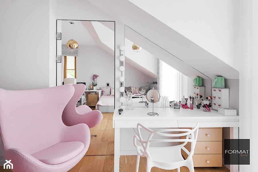 Toaletka w pokoju nastolatki - Średni biały pokój dziecka dla dziewczynki dla ucznia dla nastolatka, styl nowoczesny - zdjęcie od Studio FORMAT HOME