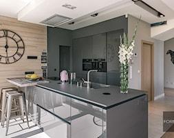 Dom koło Ojcowa - Średnia otwarta szara czarna kuchnia w kształcie litery u - zdjęcie od Studio FORMAT HOME