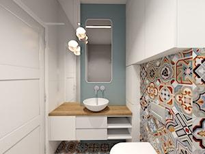 Mieszkanie przy krakowskich Błoniach - Mała biała szara łazienka w bloku w domu jednorodzinnym bez okna, styl eklektyczny - zdjęcie od Studio FORMAT HOME