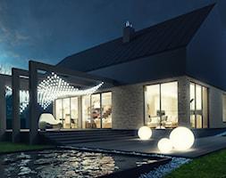 Dom w stylu skandynawskim - Duży ogród za domem z pergolą z basenem - zdjęcie od kkarchitekci