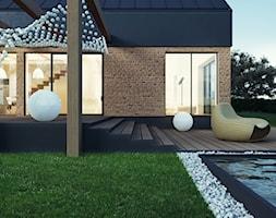 Dom w stylu skandynawskim - Średni ogród za domem z basenem - zdjęcie od kkarchitekci