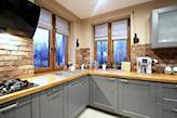 kuchnia w stylu skandynawskim, drewniany blat kuchenny, czerwona cegła