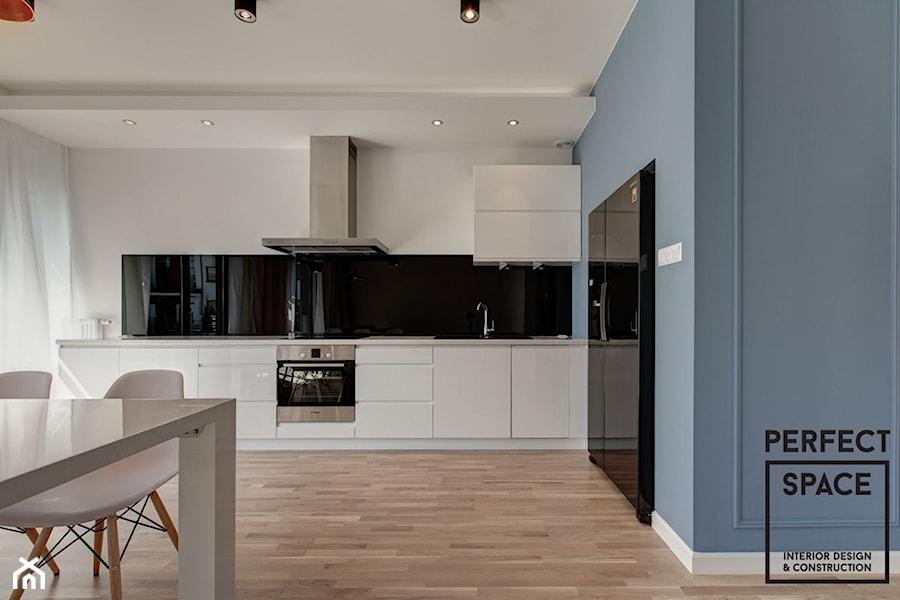 White, Black & Blue  Kuchnia, styl minimalistyczny   -> Kuchnia Z Sufitem Podwieszanym