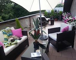 Letnia oaza spokoju - Średni taras z przodu domu z tyłu domu - zdjęcie od atena350