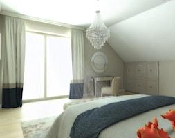 Dom w Gdańsku - Średnia beżowa sypialnia małżeńska na poddaszu z balkonem / tarasem, styl glamour - zdjęcie od METEOR