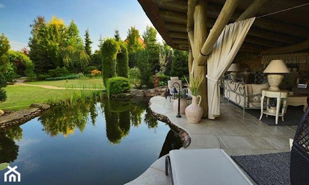 ogród z oczkiem wodnym w stylu rustykalnym
