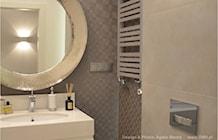 łazienka z tapetą na ścianie - zdjęcie od OMII. Agata Słoma