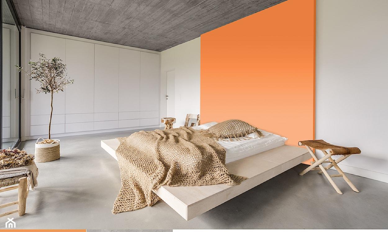 betonowy sufit, minimalistyczna sypialnia, pomarańczowa ściana w sypialni