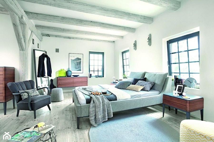 Aranżacje wnętrz - Sypialnia: Aranżacje - Duża biała sypialnia małżeńska na poddaszu, styl eklektyczny - Magnat Magia Szlachetnych Barw. Przeglądaj, dodawaj i zapisuj najlepsze zdjęcia, pomysły i inspiracje designerskie. W bazie mamy już prawie milion fotografii!