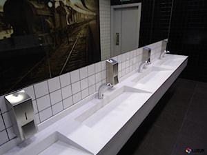 Umywalki wielostanowiskowe w przestrzeni publicznej