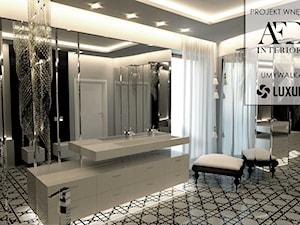 Elegancka łazienka w stylu glamour. - Duża biała czarna łazienka w domu jednorodzinnym jako salon kąpielowy z oknem, styl glamour - zdjęcie od Luxum