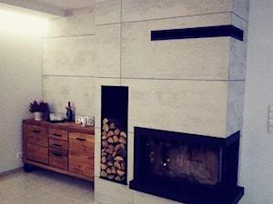 Płyty z betonu architektonicznego na obudowie kominka