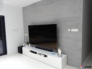 Nowoczesny salon ze ścianą z betonu architektonicznego