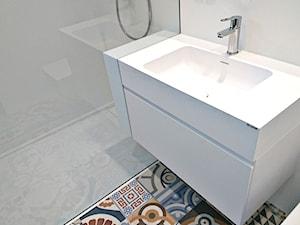 Nowoczesna biała łazienka z mocnym akcentem kolorystycznym.