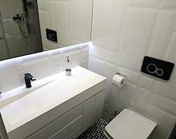 Prostokątna umywalka z odpływem liniowym od Luxum. - Mała biała łazienka na poddaszu w bloku w domu jednorodzinnym bez okna, styl skandynawski - zdjęcie od Luxum