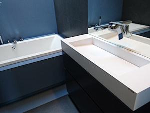 Minimalistyczna łazienka w odcieniach niebieskiego.