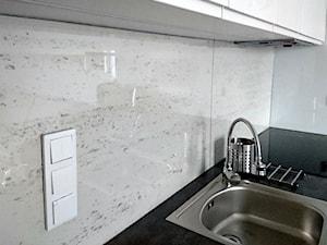 Przestrzeń między szafkami w kuchni: beton architektoniczny - aranżacja.