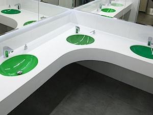 Kolorowe umywalki wielostanowiskowe w przestrzeni publicznej