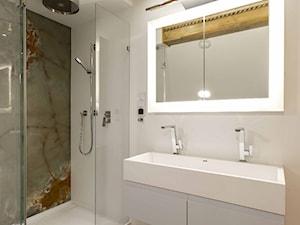 Umywalka podwójna z szafką. Brodzik z kabiną prysznicową. Ściany zostały wyłożone Corianem. Efekt został wzmocniony taflą z naturalnego onyksu. - zdjęcie od Luxum