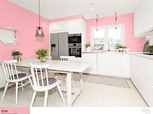 Aranżacje - Średnia otwarta biała różowa kuchnia w kształcie litery l w aneksie z oknem - zdjęcie od Śnieżka