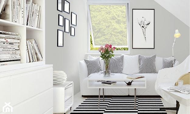 salon na poddaszu z szarymi ścianami i dywanikiem w czarno-białe paski