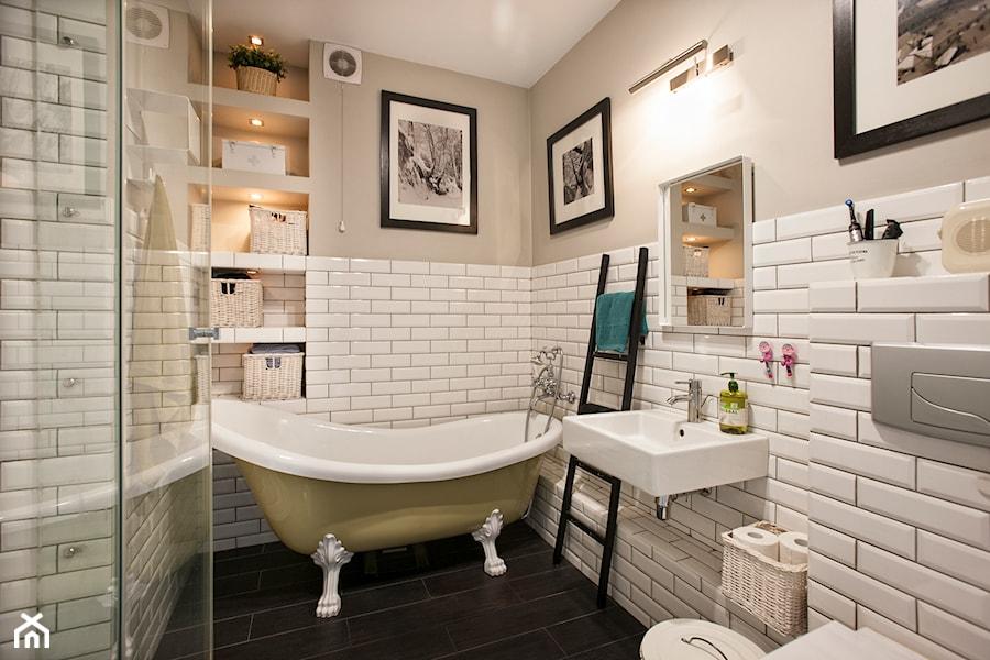 łazienka Z Wanną Wolnostojącą Oraz Prysznicem Zdjęcie Od