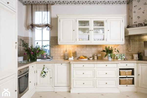 Duża zamknięta biała beżowa kuchnia w kształcie litery u, styl prowansalski - zdjęcie od Judyta