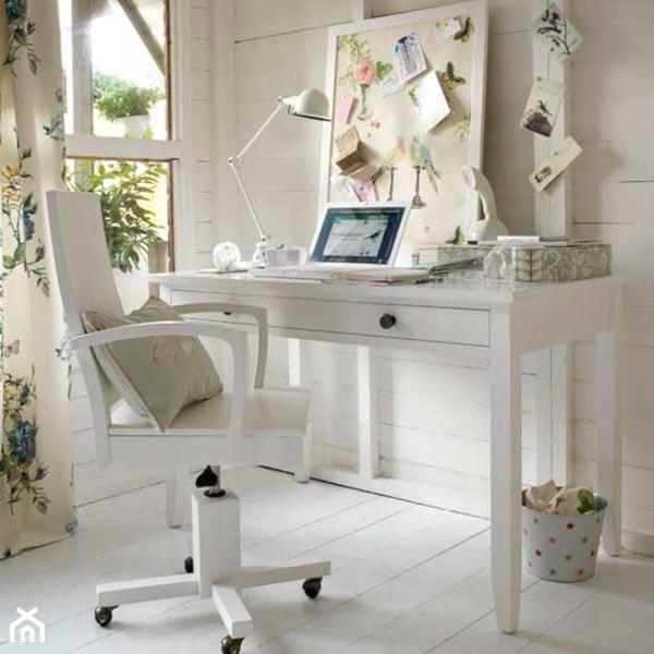Aranżacje wnętrz - Biuro: Małe białe biuro kącik do pracy, styl skandynawski - Judyta. Przeglądaj, dodawaj i zapisuj najlepsze zdjęcia, pomysły i inspiracje designerskie. W bazie mamy już prawie milion fotografii!