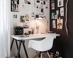 Małe czarne białe biuro kącik do pracy w pokoju, styl skandynawski - zdjęcie od Judyta