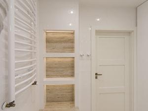 Mieszkanie Będzin 62 - Mała biała łazienka na poddaszu w bloku w domu jednorodzinnym bez okna, styl skandynawski - zdjęcie od Maldekor Mariusz Gąsiorowski