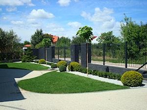 CLASSIC - Średni ogród przed domem, styl klasyczny - zdjęcie od Landform