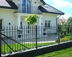 CLASSIC - Mały ogród przed domem, styl tradycyjny - zdjęcie od Landform