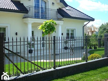 Aranżacje wnętrz - Ogród: CLASSIC - Mały ogród przed domem, styl tradycyjny - Landform. Przeglądaj, dodawaj i zapisuj najlepsze zdjęcia, pomysły i inspiracje designerskie. W bazie mamy już prawie milion fotografii!