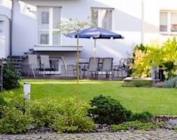 TOWN - Średni ogród za domem z parasolem, styl klasyczny - zdjęcie od Landform