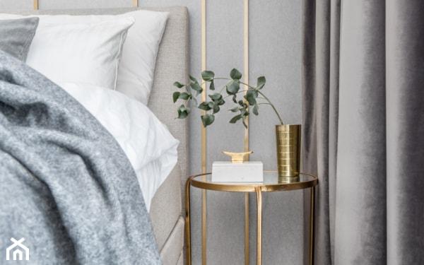 złoty stolik w sypialni