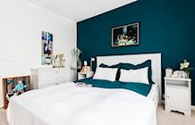 Sypialnia ze ścianą w intensywnym morskim kolorze - zdjęcie od Decoroom