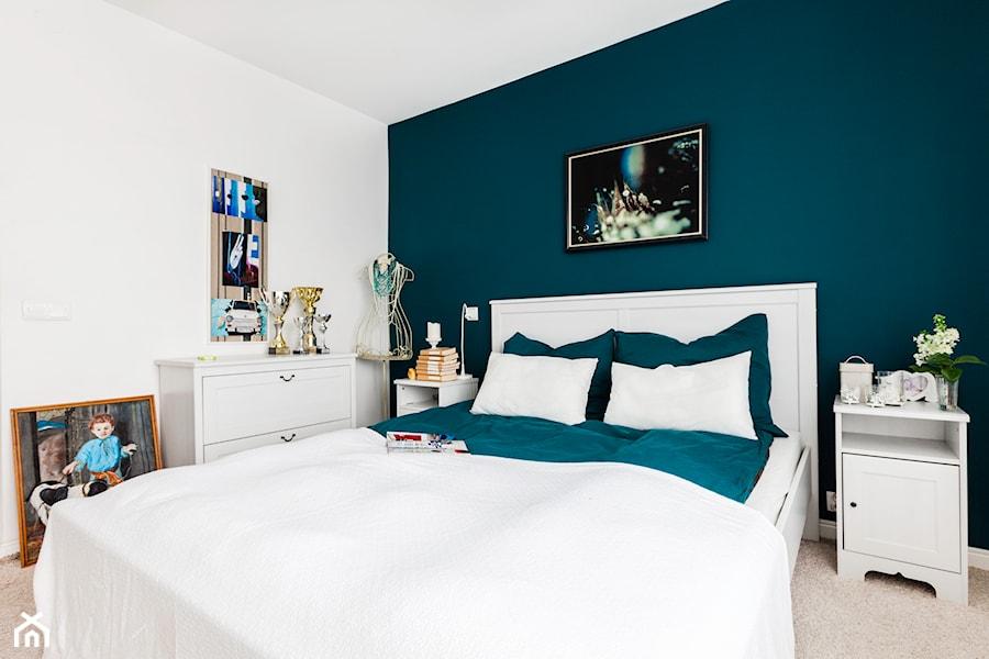 Sypialnia Ze ścianą W Intensywnym Morskim Kolorze Zdjęcie