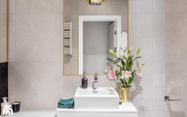 złote dekoracje w łazience