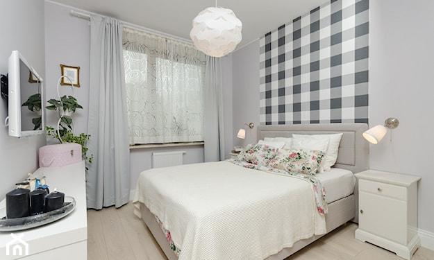 sypialnia z szarym łóżkiem małżeńskim