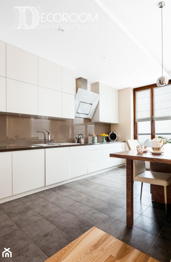 Biało brązowa kuchnia w klasycznej zabudowie  zdjęcie od   -> Kuchnia Klasyczna W Zabudowie
