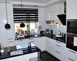 metamorfoza kuchni - Średnia otwarta biała kuchnia w kształcie litery g w aneksie - zdjęcie od blkasia