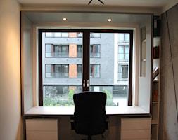 Monochromatyczny apartament 108m2 - Małe szare biuro kącik do pracy w pokoju, styl minimalistyczny - zdjęcie od Łukasz Milewski Architekt